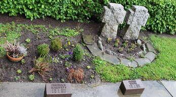 Auf dem Soldatenfriedhof in Ulm sind Gefallene der letzten Kriegsmonate 1945 beerdigt, darunter Frerich Harberts und zwei bis zuletzt unbekannte Soldaten. Wie sie hießen, brachte Leo Kammerer jetzt in Erfahrung.