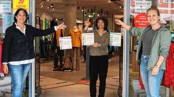 Das erste Corona-Ampel-Schild erhielt Silvia Sester vom gleichnamigen Sport- und Modegeschäft. Die Aufnahme zeigt von links Citymanagerin Iris Sehlinger, Silvia Sester sowie Denise Burkart von der Stadt Oberkirch.