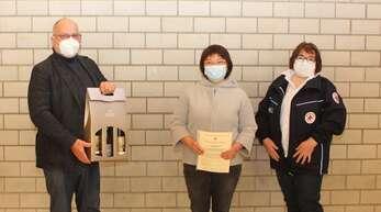 Bei der Blutspenderehrung (von links). Willi Wunsch, Vipaporn Brischle und Sonja Beick.