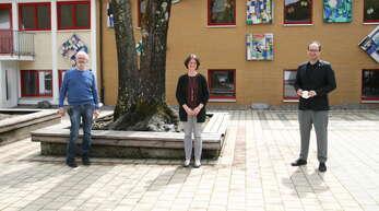 Der kommissarische SchulleiterRainer Allgaier (von links), die künftige SchulleiterinMelanie Psak-Mengdehl und Bürgermeister Martin Aßmuth.