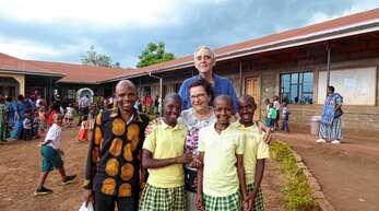Brigitte und Roland Schmidt aus Memprechtshofen ermöglichen über ihren Verein Helfende Hände für Kinder (HHK) zahlreichen Patenkindern – wie hier in der St Vianney-Schule im Norden Tansanias – eine Schulausbildung.