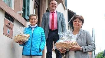Bürgermeister Thomas Krechtler dankt den Hauptakteuren Irene Hättig (links) und Ute Huber für deren Einsatz zur Realisierung von Impfterminen für Lautenbacher Senioren im Impfzentrum Offenburg. Auf dem Bild fehlt Karin Mieth.