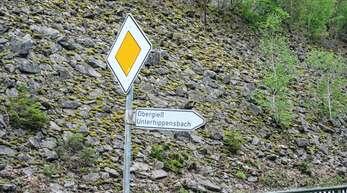 Obergieß und Unterhippensbach sind ausgeschildert, der Hinweis auf den Oberhippensbach fehlt, was gerade bei Rettungseinsätzen zum Problem werden kann.