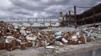 Ein Trümmerhaufen liegt auf und über dem Gengenbacher Hukla-Areal. Nachdem Aliseo ihre Flächen nicht mehr erweitern will, plant die Stadt, ihren Teil so zügig wie möglich fertigzustellen.