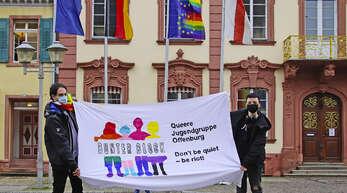 Vor der am Rathaus gehissten Europa-Regenbogenfahne erinnerten Daniel Fritsch (links) und Toni Beckers vom Bunten Block Offenburg an den Idahobit (International Day against Homo-, Bi-, Intersexual- and Transphobia).