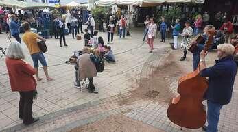 """""""Wir wollen weiter tanzen"""": Corona-Protest-Flashmob auf dem Kehler Marktplatz."""