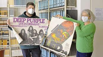 Schätze aus den wilden Jahren; David Boomers (links) und Regina Brischle vom Stadtarchiv präsentieren Plakate, die für Konzerte weltberühmter Bands in Offenburg warben.