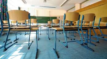 Die Stühle bleiben oben: Aus der geplanten Rückkehr in den Präsenzunterricht am Montag wird aufgrund des wieder gestiegenen Inzidenzwerts nichts.