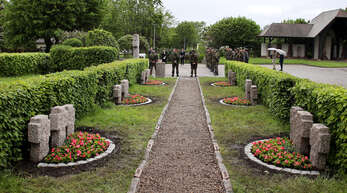 Zwei Tage lang waren Reservisten der Bundeswehr in Sasbach m Einsatz, um die 33 Gräber von Soldaten (im Vordergrund) zu reinigen, neu anzulegen und zu bepflanzen. Im Hintergrund die Reservisten bei der abschließenden Gedenkfeier für der Gedenkwand mit den Namen von 300 Gefallenen aus der Gemeinde.