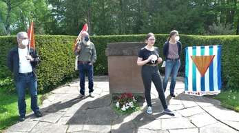 Auf dem Waldbachfriedhof in Offenburg erinnerten die Vereinigung der Verfolgten des Naziregimes Ortenau und der Verein zur grenzüberschreitenden Erinnerungsarbeit Offenburg an das Ende des Zweiten Weltkriegs und an die Opfer.