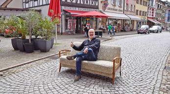 Thomas Reizel, OT-Redakteur für Gengenbach, Berghaupten und Ohlsbach, hatte selbst ein Franzosenbett von Hukla in seinem Homeoffice im Knopfzimmer. Heute steht es im Oberdorf. Mailen Sie uns an rgz@reiff.de ein Foto von sich auf einem Hukla-Möbelstück, es kann auch neueren Datums sein, und schreiben Sie eine kleine Geschichte dazu.