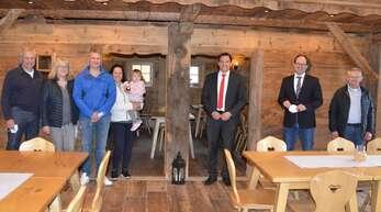 Heinrich und Veronika Neumaier (von links), Matthias und Katharina Neumaier mit Tochter Emilia hießen den SPD-Bundestagsabgeordneten Johannes Fechner, Bürgermeister Martin Aßmuth und Gemeinderat Wilhelm Uhl willkommen.