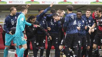 Die Spieler des FC Bayern gratulieren Robert Lewandowski (Nr. 9) zum 1:0 gegen Freiburg und zum Müller-Rekord.