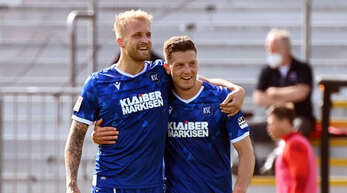 Karlsruhes Torjäger Philipp Hofmann (l.) bejubelt seinen Treffer zum 3:1 mit seinem Teamkollegen Kevin Wimmer.