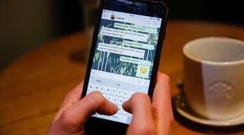 Der 51-jährige Angeklagte wollte seine Frau beim Fremdgehen erwischen, indem er ihr Handy nach eindeutigen Nachrichten durchsuchte. Darüber soll es zu Handgreiflichkeiten zwischen den Eheleuten gekommen sein.