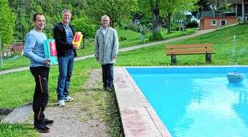 Bürgermeister Uwe Gaiser (rechts) bedankte sich bei Stephan Huber (links) und Peter Krafft für die ehrenamtliche Arbeit am Wasserbecken im Stadtpark.