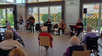 """Auftritt von""""Café Flore"""" (v. links): Anmary Rios (Vocals), Luigino di Giorgio (Bass), Klaus Leopold (Gitarre), Jean-Michel Eschbach (Akkordeon/Vocals) und Gunnar Sommer (Saxophon)."""