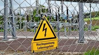Der Warnhinweis an der Umspann-Anlage Zell ist berechtigt. Hier kommt Strom mit 110 kV an.