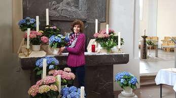 Die Floristin Diana Peter sorgt in der Schutterwälder St. Jakobus Kirche für den wunderschönen Blumenschmuck. Den Marienalter hat sie derzeit mit bunten Hortensien geschmückt.