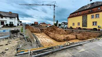Fast vollständig ausgehoben ist die große Baugrube hinter dem alten Rathaus in Appenweier, wo der Anbau an das Bestandsgebäude entsteht. Laut Bauamtsleiter Uli Brudy beginnen nächste Woche an der Großbaustelle die Betonarbeiten.