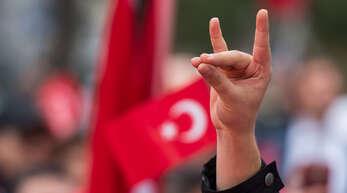 """Eine Hand zeigt den """"Wolfsgruß"""" derGrauenWölfewährend einer Pro-Türkischen Demonstration.GraueWölfeist die Bezeichnung für die ultranationalistische Bewegung aus der Türkei."""