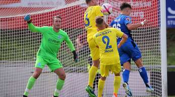 Am 22. September 2019 waren die Stuttgarter Kickers (in Gelb) und der SGV Freiberg Gegner auf dem Spielfeld, nun kämpfen sie vor Gericht um ein gemeinsames Ziel: die Aufstiegsmöglichkeit.