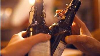 Die Polizei traf auf sechs stark betrunkene Menschen, die ausgelassen zusammen feierten. (Symbolbild)