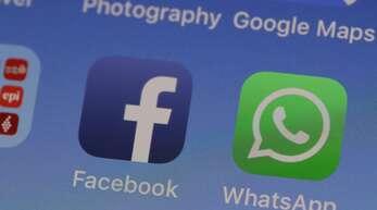 Zwei Dienste eines gemeinsamen Unternehmens: WhatsApp gehört zu Facebook. (Symbolbild)