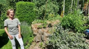 Daniela Bühler in ihrem Garten.