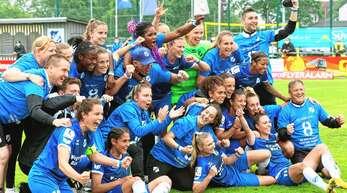 Kollektiver Jubel: Mit einem furiosen Saisonendspurt und zehn Punkten aus den letzten vier Spielen hat sich der SC Sand den Klassenerhalt in der Fußball-Bundesliga redlich verdient.