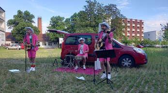 Die drei Herren in Pink sorgten mit alten deutschen Schlagern für Freude in mehreren Pflegeheimen in Kehl und Willstätt, als sie vor den Fenstern aufspielten.