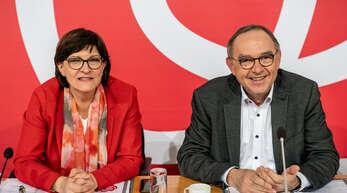 Saskia Esken wartet hier neben Norbert Walter-Borjans auf den Beginn der Klausur des SPD-Parteivorstands im Willy-Brandt-Haus im Dezember 2020.