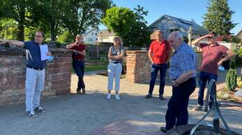 Bei einem Ortsterminauf dem Friedhof wurden die Probleme angerissen, links Hans-Jürgen Jäger, rechts Ortsvorsteher Georg Schrempp.