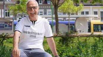 """Mehrere (Fußball-)Herzen schlagen in Toni Vetranos Brust – eins für das Heimatteam Italien, eins für """"seine"""" Stadt Kehl, und er ist auch Fan des SC Freiburg."""