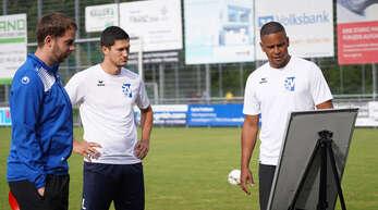 Bereit für den Neustart: Oberacherns Trainer Mark Lerandy (r.), Torjäger Nico Huber (M.) und Co-Trainer Fabian Himmel.