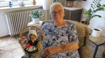 Die Rebknörpli-Puppe, deren Kleidchen die Jubilarin Maria Litterst selbst genäht hat, erinnert sie immer wieder gerne an ihre Zeit als Gründungsmitglied der Rebknörpli-Zunft und als deren langjährige Häsnäherin.