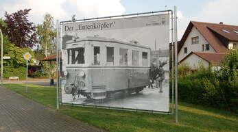 """Anlässlich der im Jahr 2018 stattgefundenen 750-Feier der Gemeinde Schutterwald wurde dieses Großplakat im Bereich der Haltestelle """"West"""" in der Hindenburgstraße aufgestellt. Es zeigt das Bähnle, auch als """"Entenköpfer"""" bezeichnet, an der Haltestelle """"Bahnhof""""."""