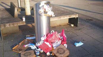 """Müllablagerungen beim """"Kochlöffel"""", Kehl-Marktplatz."""