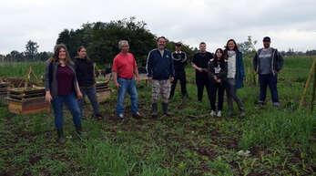 Markus Sansa (Vierter von links) mit Melanie Eckert (links), Tabea Sansa (Zweite von rechts) und weiteren Mitstreitern des Projekts Permakultur-Garten.