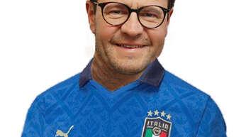 Er wird doch nicht im Italia-Trikot erscheinen? OB Marco Steffens.