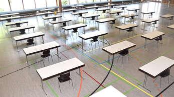 Denksport statt Schulsport: Die Ritter-von-Buss-Halle hat sich in einen großen Prüfungsraum der Realschul-Abschlussklassen verwandelt.