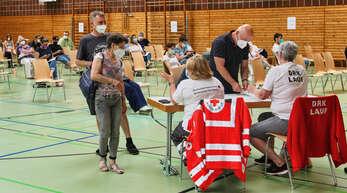 Impfen ist in: 891 Bürger aus Achern, Lauf und Sasbach holten sich am Samstag in der Hornisgrindehalle den heiß begehrten Anti-Corona-Piks.