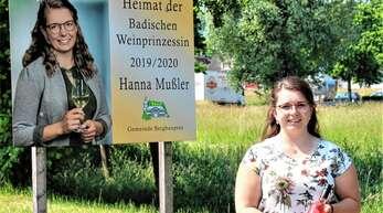 Erinnerungsfoto: Die scheidende Badische Weinprinzessin Hanna Mußler vor ihrer Präsentationstafel.