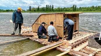 Floßmeister Thomas Kipp (Zweiter von links) und seine Mitstreiter ließen ihr Rheinfloß bei Steinmauern für den behördlich überwachten Testlauf zu Wasser. Nach bestandener Prüfung läuft nun die Vorbereitung für das eigentliche Projekt.