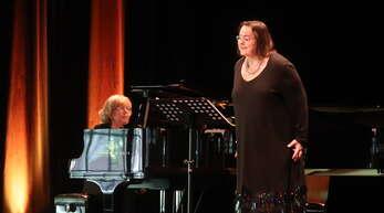 Lieder von Hans Eisler trug Mezzosopranistin Viola de Galgóczy (rechts) vor. Am Klavier wurde sie von Uschi Gross begleitet.