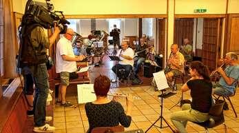 Ein Kamerateam des SWR filmte den Neustart der Stadtkapelle unter ihrem Dirigenten Norbert Hann.