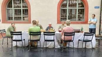"""Viele Museen und Ausstellungen sind coronabedingt noch geschlossen. Umso mehr begeistert die Opern-Air-Ausstellung in Mosbach mit 40 Betonskulpturen """"Alltagsmenschen"""" von Christel und Laura Lechner, verteilt über die ganze Stadt. Claudia Ramsteiner hat sich hier fürs Foto mitten in die Gruppe an den Tisch gesetzt."""