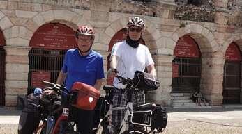 Geschafft! Rolf Hoffmann (links) und Robert Haas vor der Arena von Verona, einem riesigen römischen Amphitheater aus dem ersten Jahrhundert nach Christus.