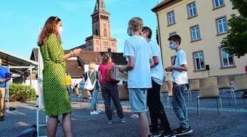 Seit Herbst läuft in Lauf ein großer Bürgerbeteiligungsprozess. Nach fünf Online-Veranstaltungen fand zum ersten Mal ein echtes Treffen von Bürgern aller Generationen mit der Gemeindeverwaltung im Freien hinter dem Rathaus statt.