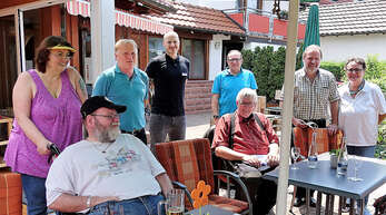"""Paul und Philipp Lehmann (hinten, 2. und 3. von links) von der """"Klosterbräustuben"""" inmitten von Gästen. Darauf mussten die Betreiber von Hotel und Restaurant lange warten. Die aktuellen Lockerungen begrüßen sie nach langer Durststrecke natürlich."""